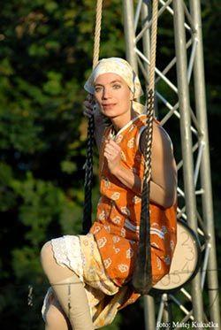 Frau Vladusch TrapezTanzTheater auf der Straße