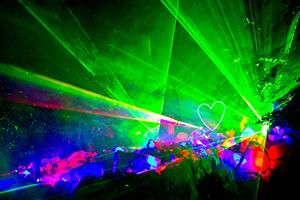 Magier zaubert mit Lasertechnik