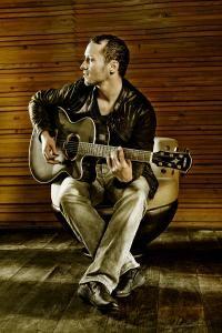 Cris Cosmo: Deutsche Texte live gemixt mit Reggae, Latino und Club Beats