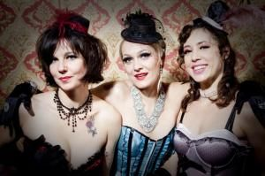 The Galores zeigen die Kunst der Burlesque
