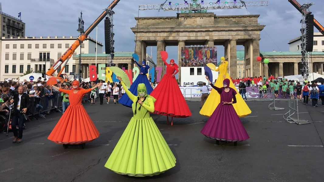 Regenbogen Ballett – Farbenfroher Paraden-Walk-Act