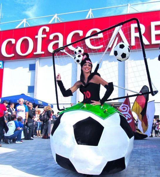 """Walk Acts """"Fußball-Torlady"""" und """"Fußball-Flaggenkostüm"""" zur Fußball WM"""