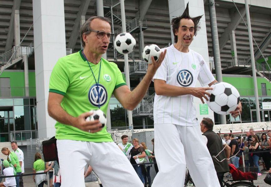 Fußball-Comedy- und Stelzen-Walk-Acts von Cirque Artikuss